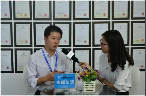 Reporter interviewing the manager of UTEPO